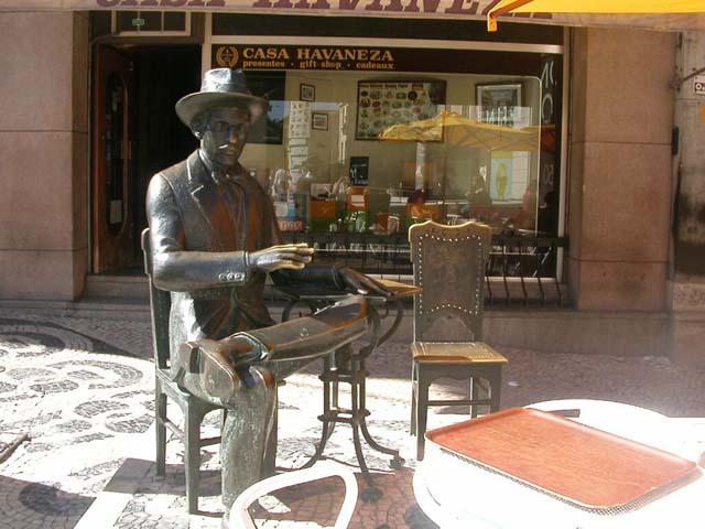 Estatua de Fernando Pessoa, en el café A Brasileira, en el Chiado, Lisboa.