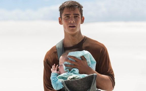 Bonita metáfora el que Jonas decida devolverles los recuerdos al resto mientras protege la vida de las nuevas generaciones.