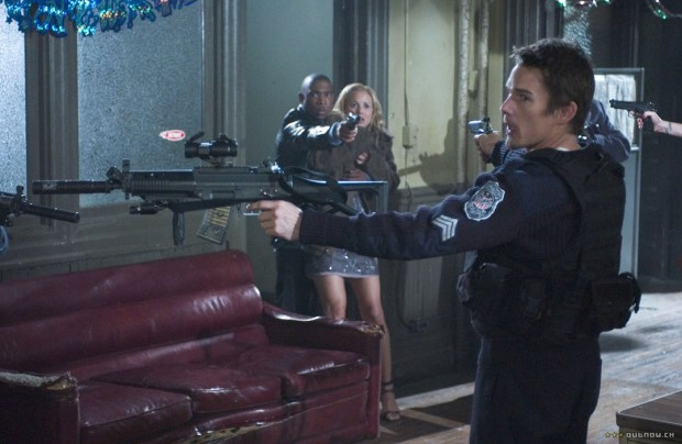 El policía blanco, controlando la situación y salvando el día.