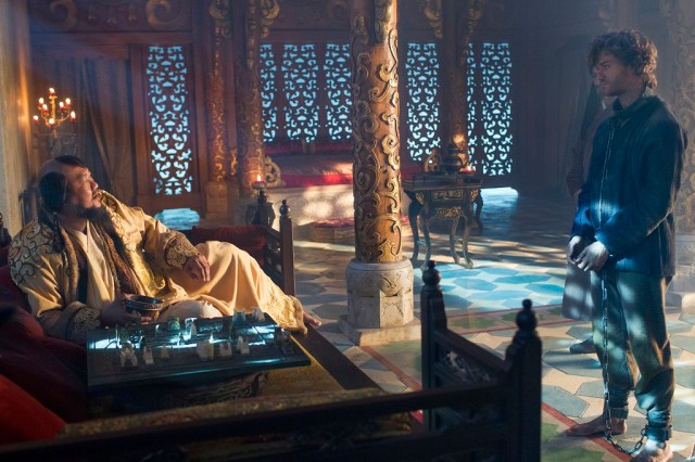 El gran Kublai Khan (Benedict Wong ) y Marco (Lorenzo Richelmy)