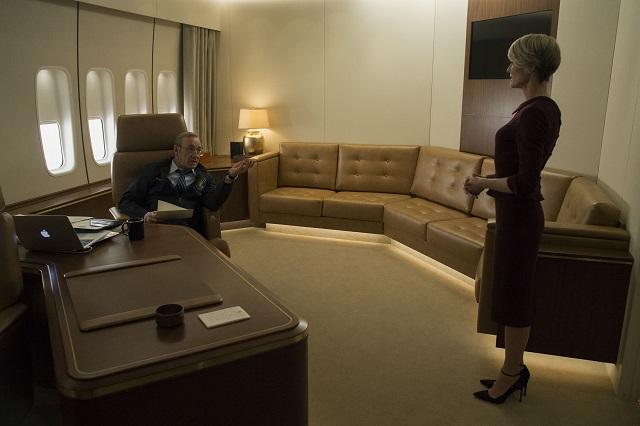 La jerarquía cambia, como lo muestra el plano, con una Claire con voz propia.