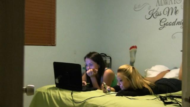 Las chica son contactadas por medio de craiglist, y se van a vivir a Miami