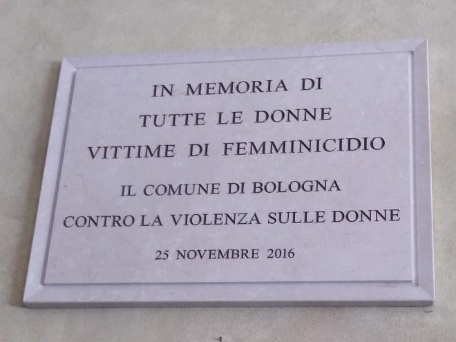 Bologna piazza maggiore placa em homenagem as vitimas de feminicidio