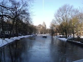 Canais congelados com barquinho Amsterdam