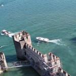 Lago de Garda Sirmione castelo scaligero torre cercada por água