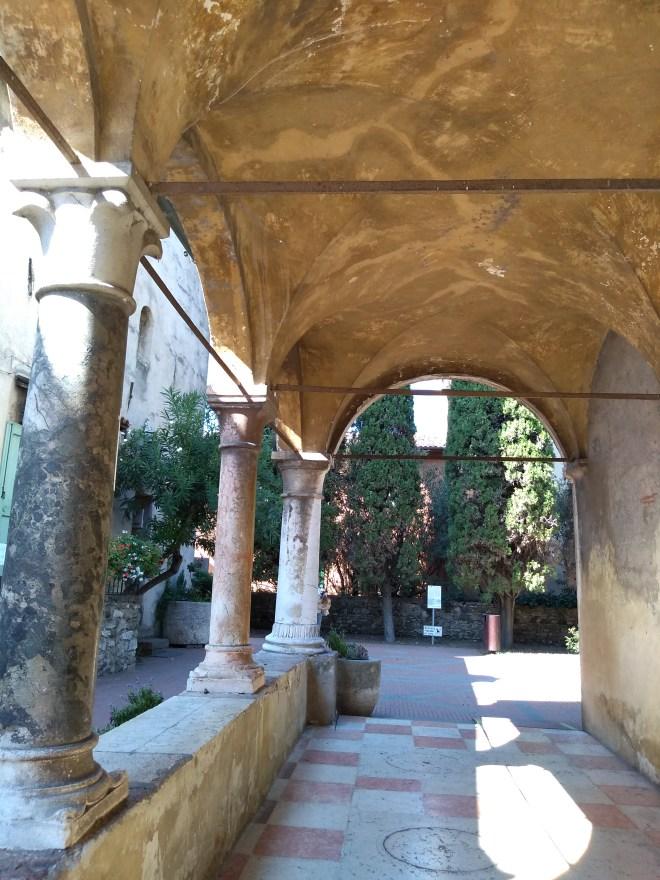 Lago de Garda Sirmione porticos da igreja