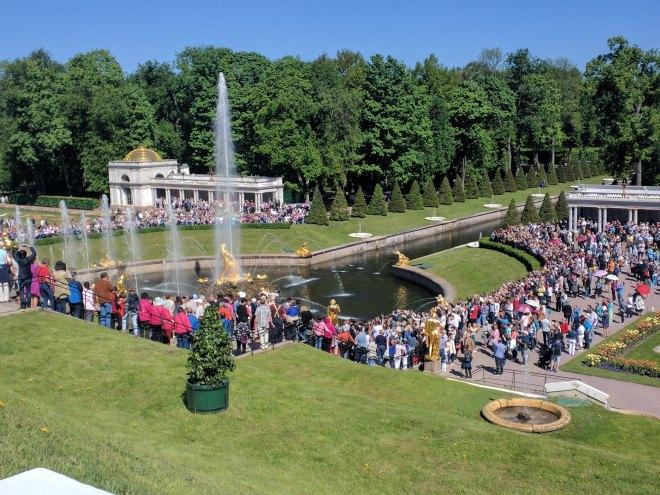Petergof Russia Petersburgo grande cascata cheia de grupos de turs