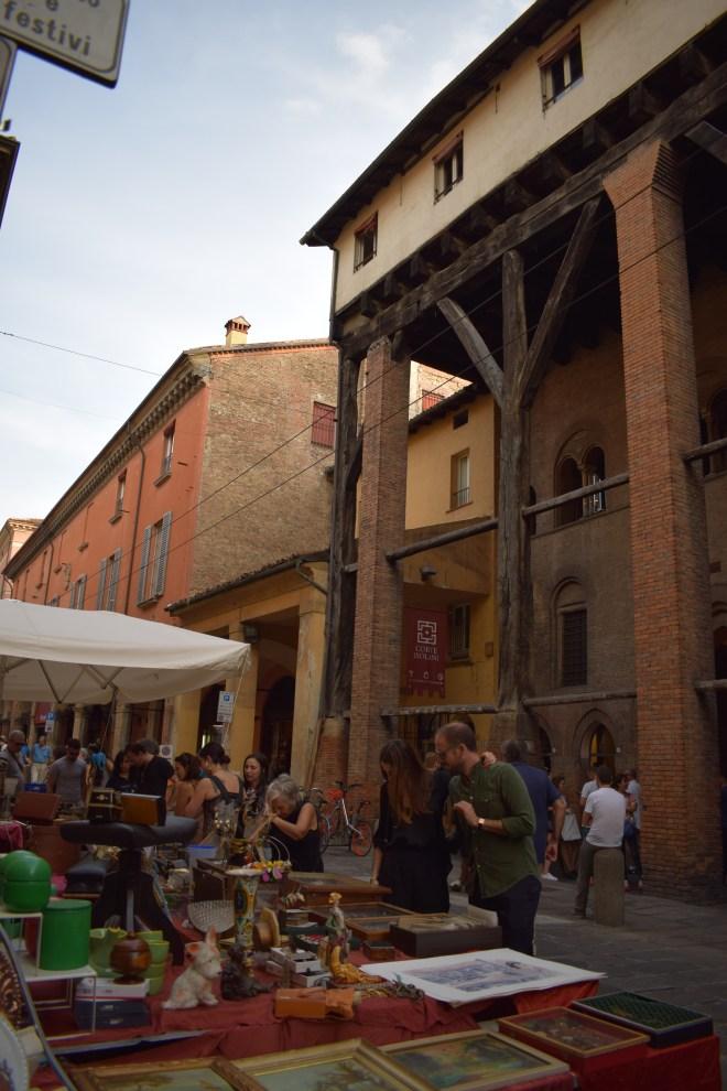 Corte Isolani porticos madeira segredos de Bologna