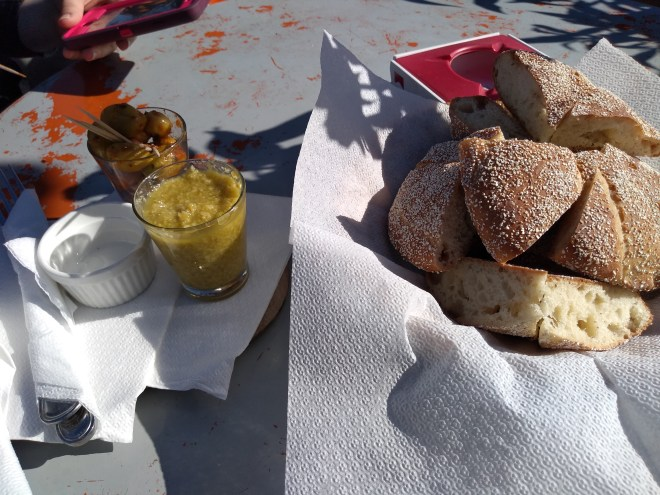 Marrocos comida típica provar pão azeitonas