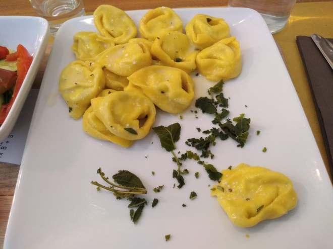 pratos tipicos provar em bologna Tortelloni burro salvia
