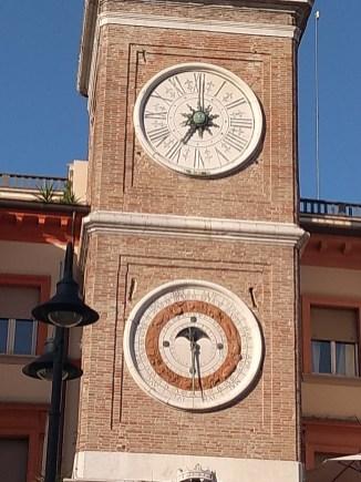 Rimini piazza tre martiri detalhe relógio