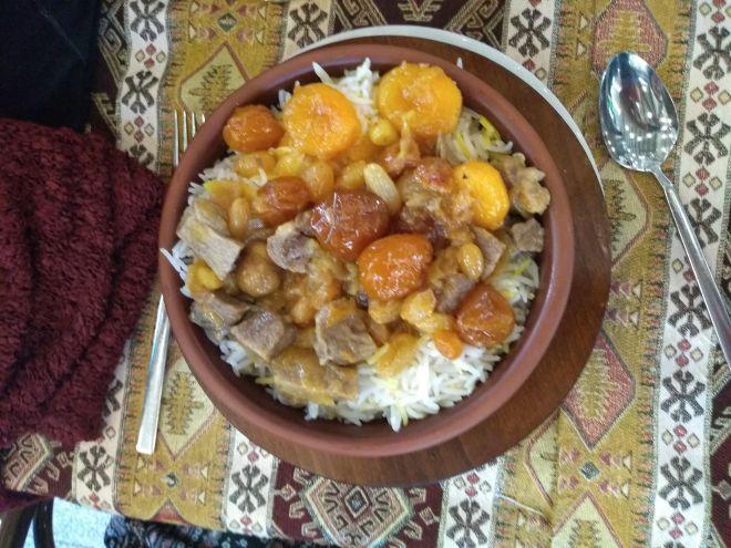 Pratos típicos azerbaijão plov com ameixas e carneiro