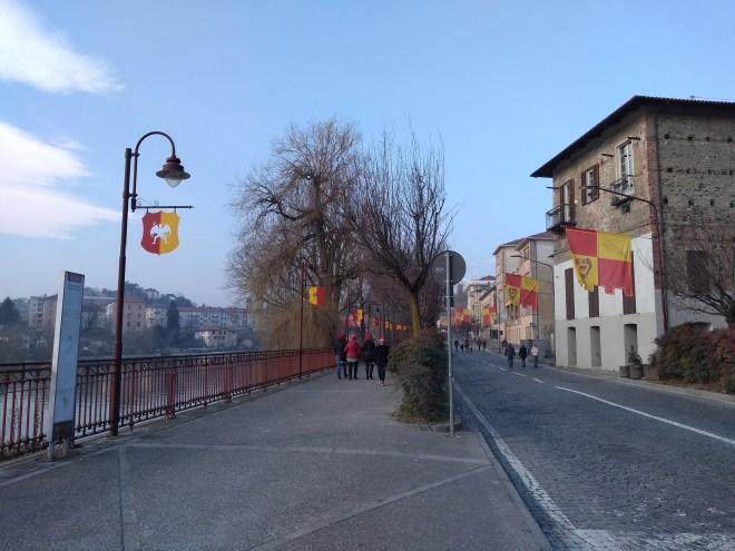 Ivrea carnaval batalha laranjas bandeiras