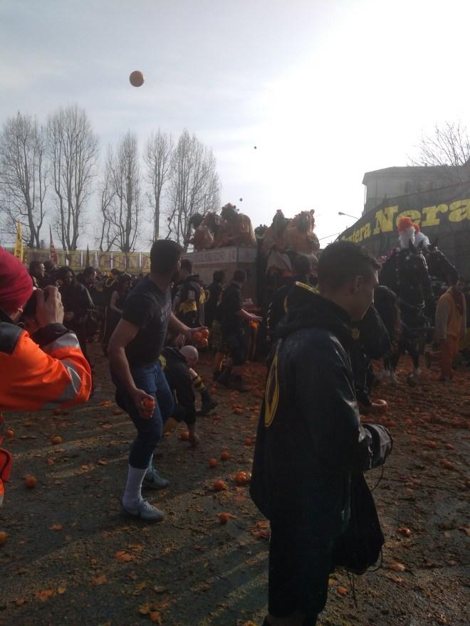 Ivrea carnaval batalha laranjas jogadas