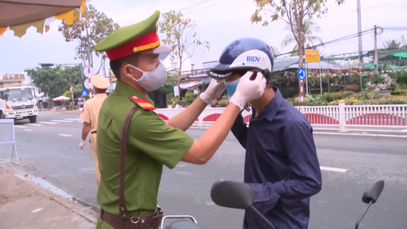 vietnam_policeman_wearing_mask_for_people