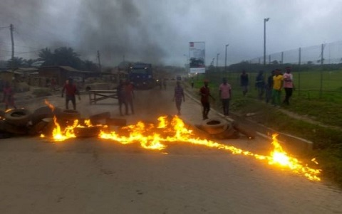Residents burn tyres
