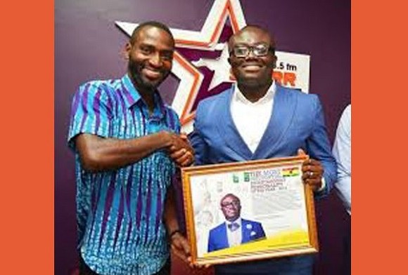 Bola Ray receiving the award