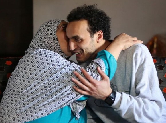 Shawkan is being kissed by his mother after his release in Cairo