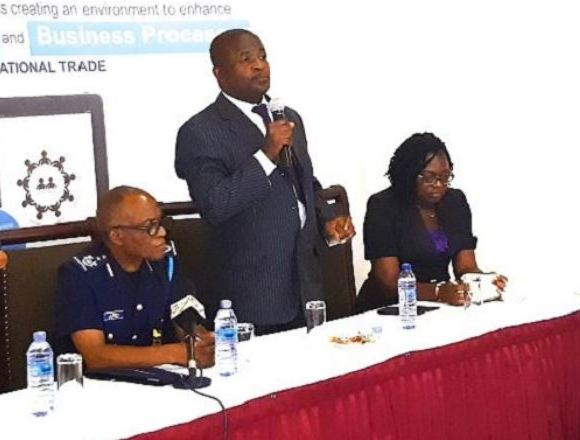 Mr Kwasi Bobie-Ansah (middle) explaining some of the functions of the GTH app