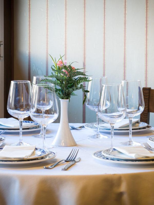Detalle da decoración dunha mesa do restaurante Casa Abelleira. Ames