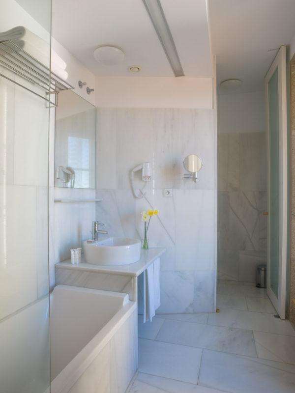 Fotografía de interiores-Cuarto de baño dunha habitación do Hotel Pazo de Altamira en Santiago de Compostela