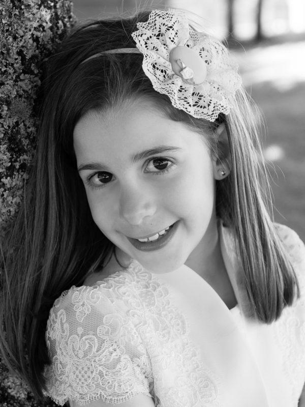 Fotografía de nena de comuñón en branco e negro no Pazo de Lestrove