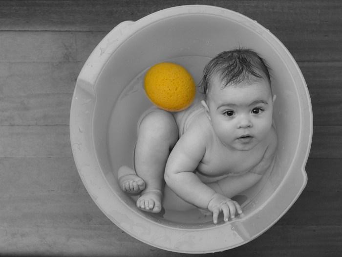 Sesión bebé-fotografía de bebé durante o seu baño