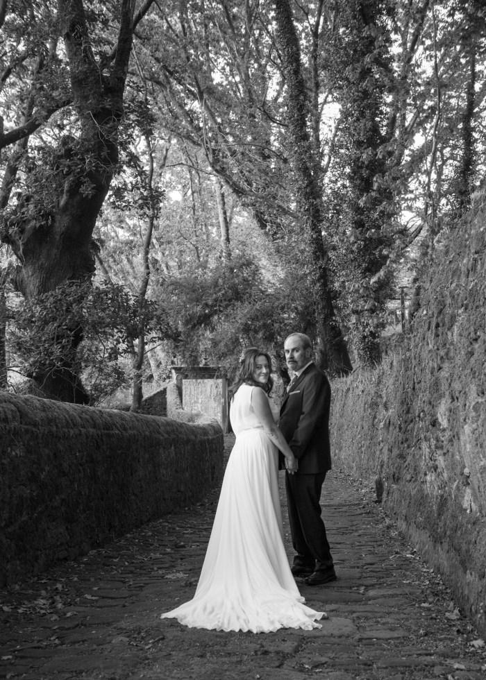 Retrato en branco e negro dunha parella de noivos durante a sesión de fotos no Pazo do Faramello
