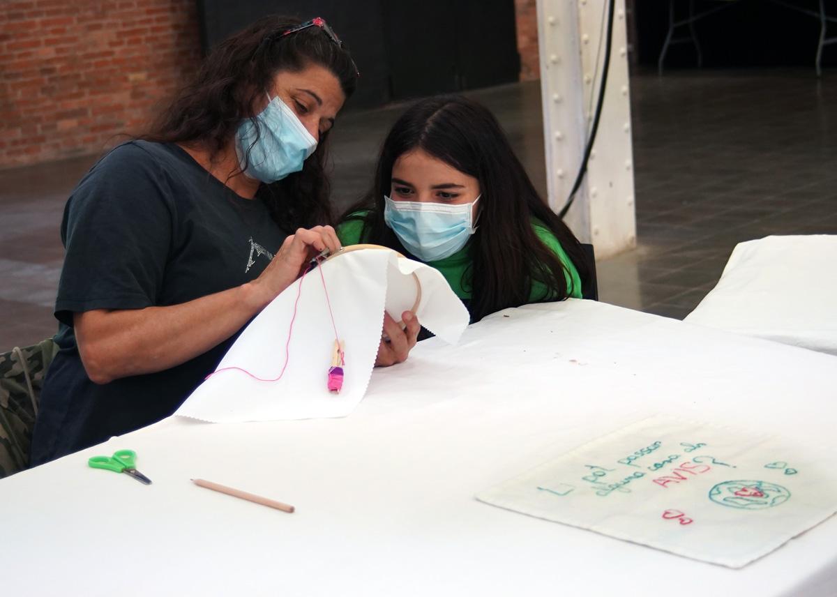 Participantes bordando una servilleta