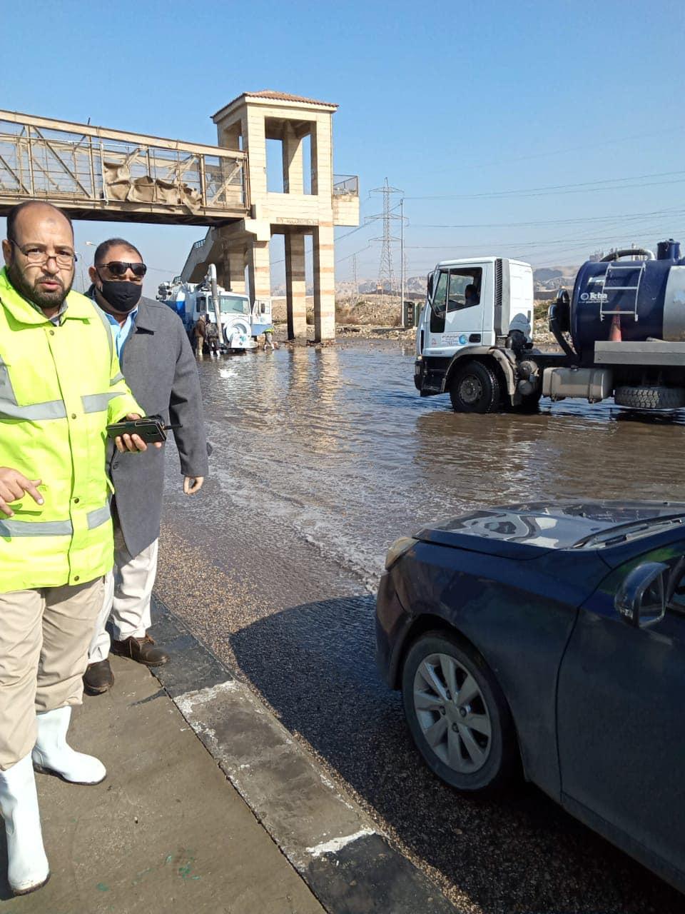 حي المعصرة يواصل أعمال شفط وكسح تجمعات المياه الناتجة عن الأمطار