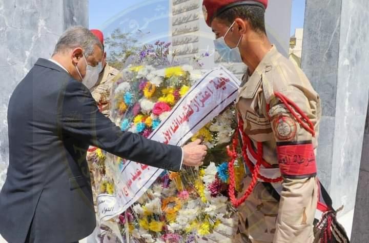 محافظ سوهاج يضع إكليل الزهور على النصب التذكاري لشهداء المحافظة