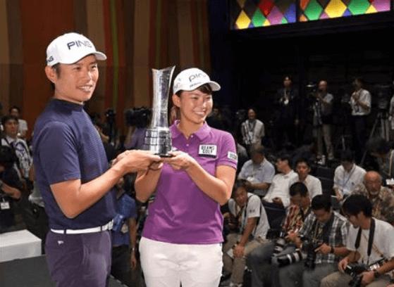 優勝カップを手にする渋野日向子選手と青木翔コーチ