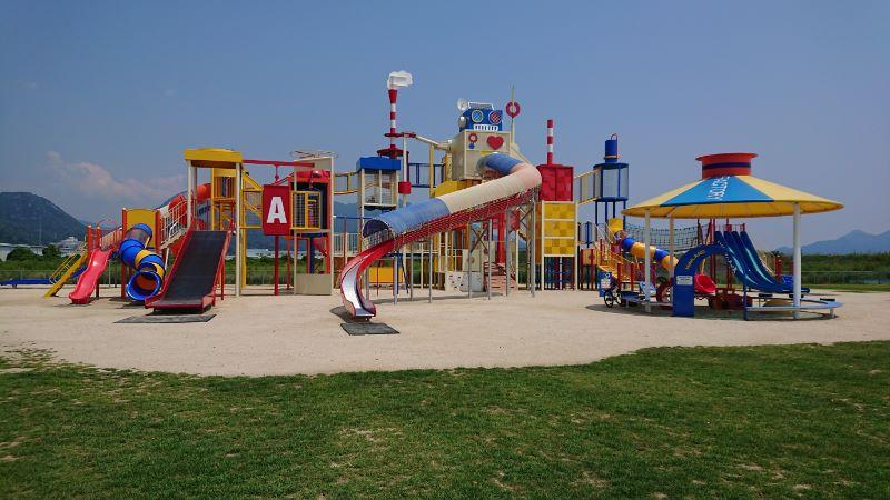 公園 晴海 臨海 カラフルな大型複合遊具【晴海臨海公園】工場地帯の大竹市にあるよ 広島遊び場マスター