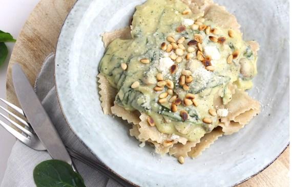 Ravioli me spinazie en champignonsaus