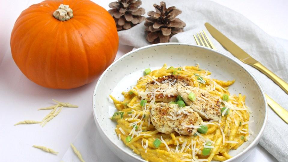 Pasta met romige pompoensaus en gegrilde kip