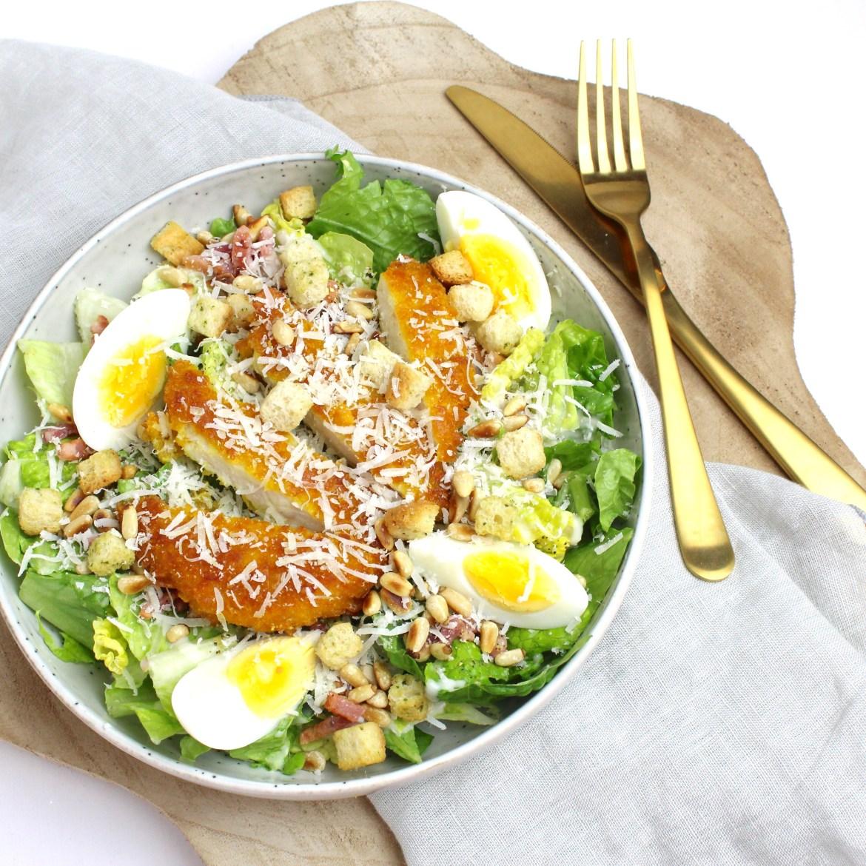 Caesar salade met spekjes en krokante kip