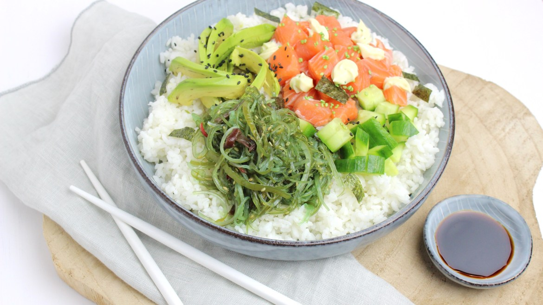 Sushi bowl met zalm, avocado, komkommer en wakame