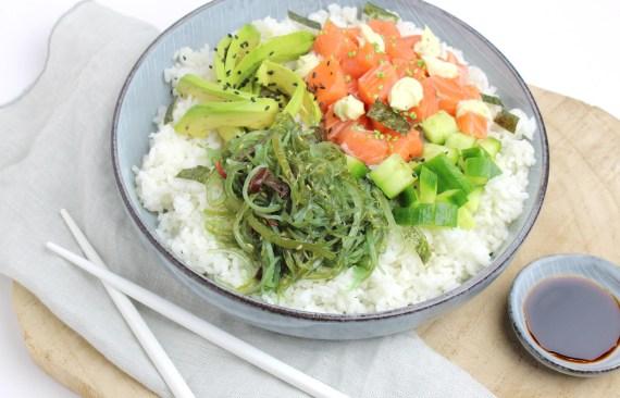 Sushi bowl met zalm, avocado komkommer en wakame