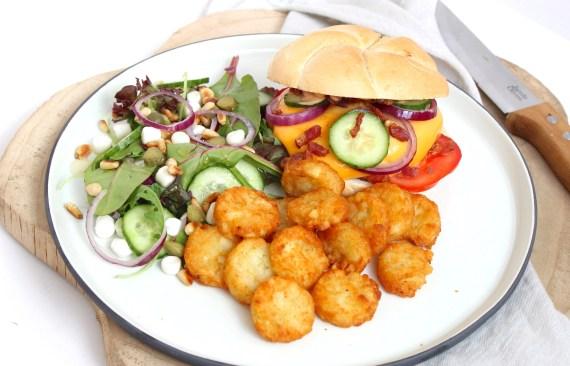 Cheeseburger met rösti en een simpele salade