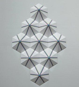 EQILATṚL SIṂTRI I │ 2014 │ 9 pìsz v cast rezin, jesôplastr, pênt n vāniš │ 150 x 150 x 12 sm