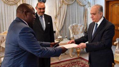 Photo of وزير الخارجية يتسلم نسخة من أوراق إعتماد سفير زامبيا غير المقيم في بغداد