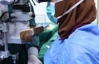 Photo of فريق طبي في مستشفى ابن الهيثم للعيون ينجح باجراء عملية معقدة وطارئة لطفل بعمر (١٢) عام