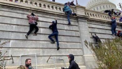 Photo of بالصورة : انصار ترمب أثناء اقتحام جدران الكونغرس