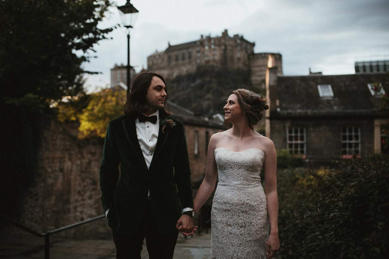 Couple eloping in Edinburgh with views of the Edinburgh castle in the background