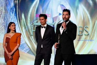 Aditi Rao Hydari, Mohammad Kaif (former India cricketer) and Yuvraj SIngh with Heroes Tribute Award