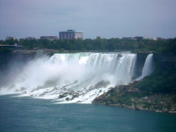 瀑布主要由美國那一側流下,所以由加拿大這邊看景色最好。