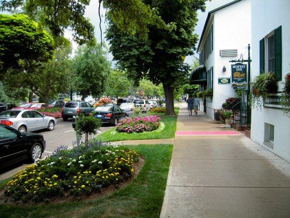 街景:道路兩邊花木扶疏,青青草地,令人賞心悅目。