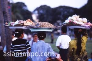 カンボジア プノンペン・王宮前の物売り