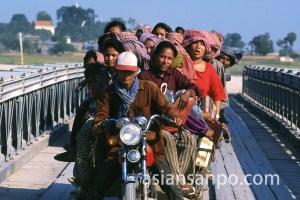 カンボジア コンポントム・バイクバス