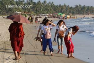 ミャンマー グエサウン ビーチ 僧侶